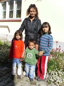Rozalia mit ihren Kindern im April 2015