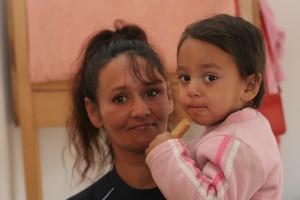 Rozalia mit ihrem Sohn Ricardo im April 2015